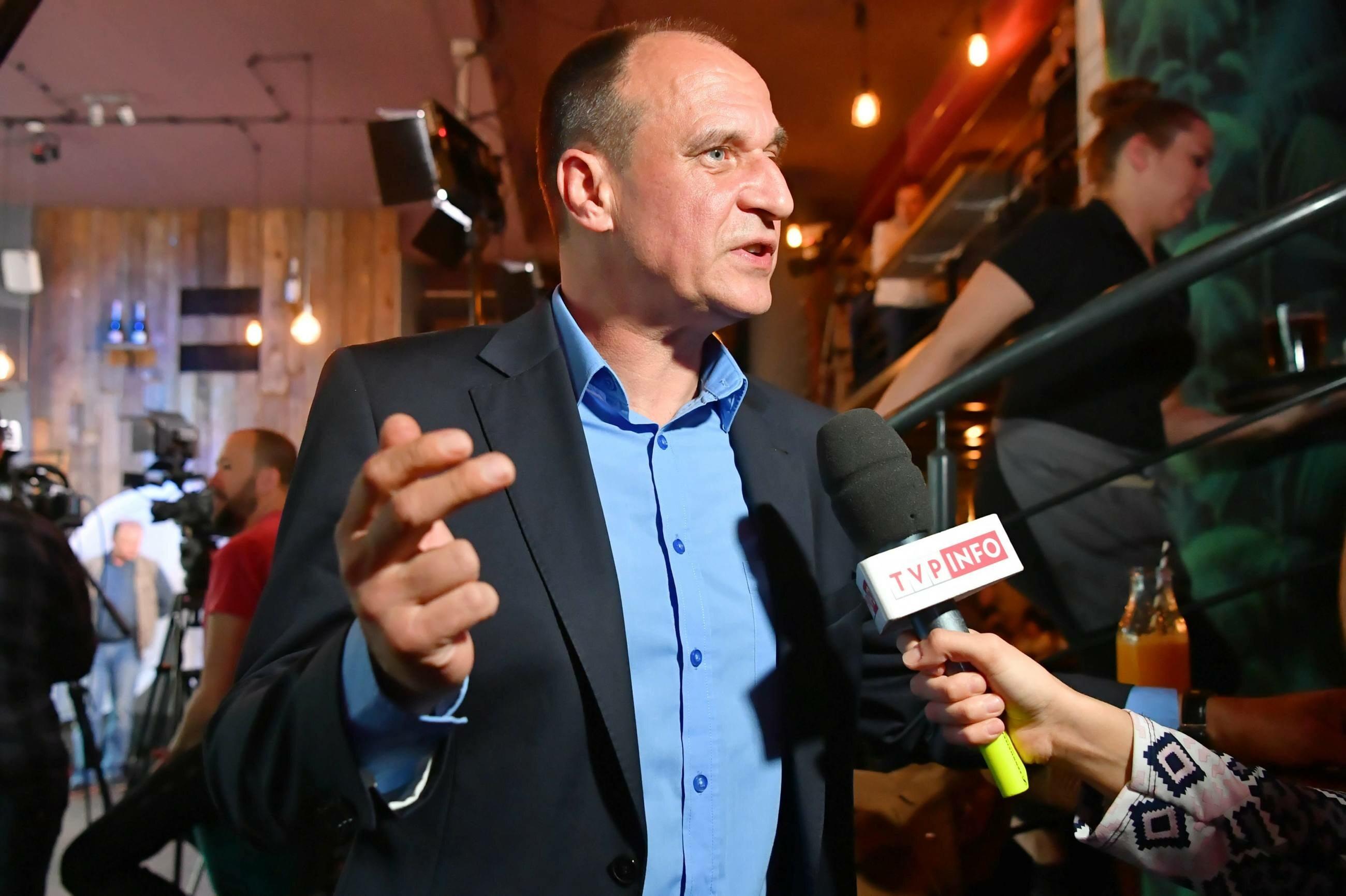Lider partii Paweł Kukiz w sztabie wyborczym Kukiz'15 przed ogłoszeniem wyników exit poll