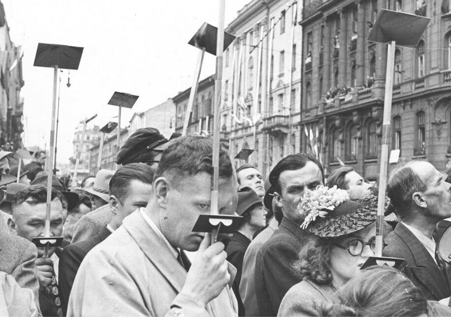 Widzowie w dalszych rzędach oglądają defiladę przez peryskopy. Warszawa, 1939 r.