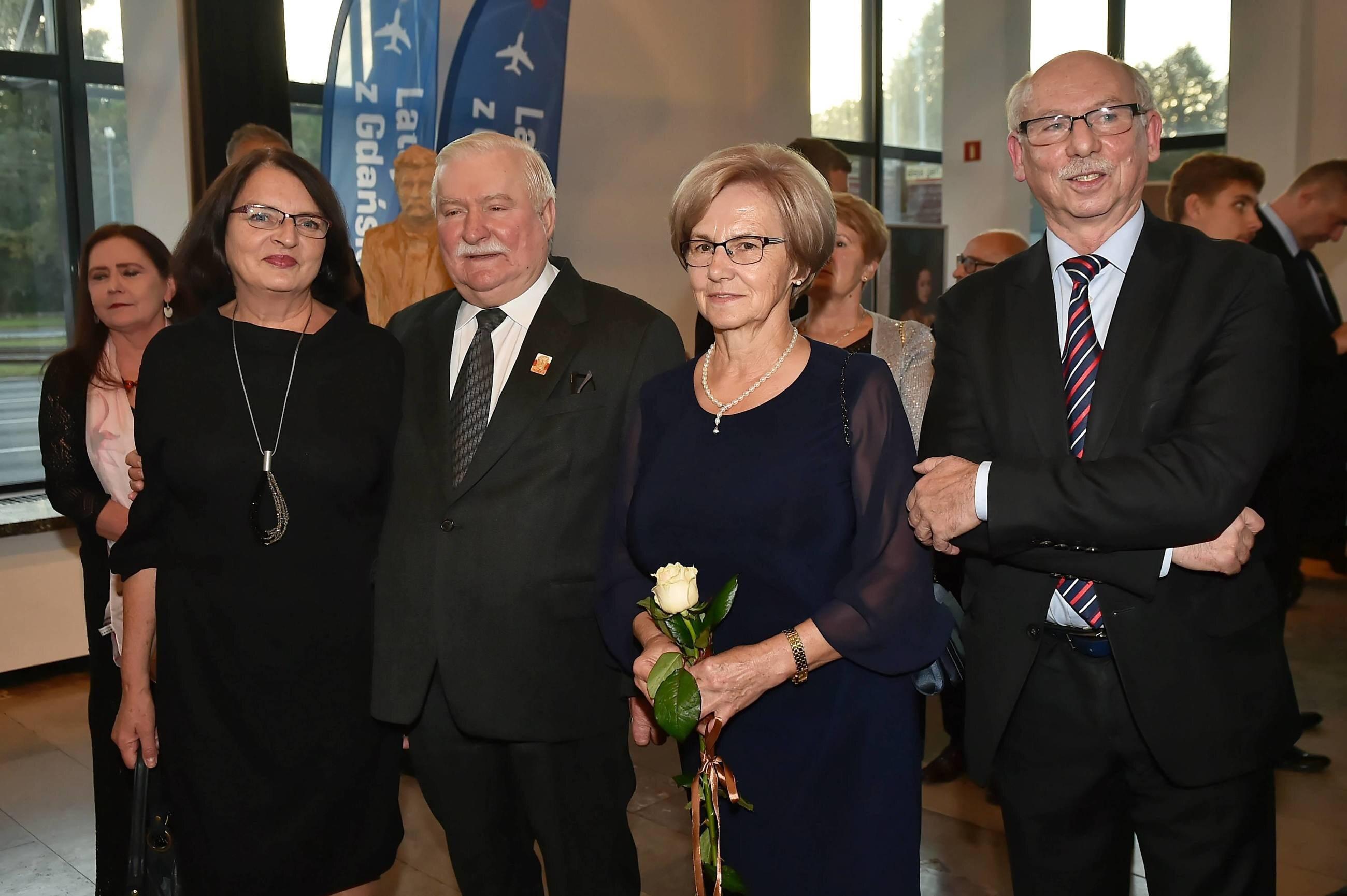Lech Wałęsa (2L) z żoną Danutą (2P) oraz europoseł Janusz Lewandowski (P)