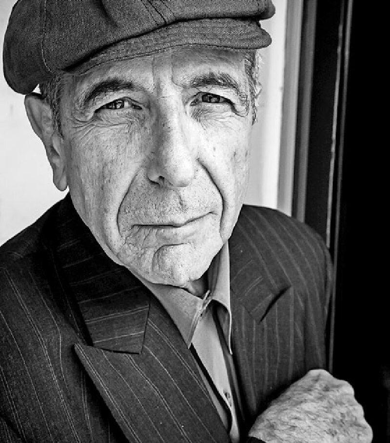 """Leonard Cohen – kanadyjski piosenkarz, poeta i pisarz. Twórca takich hitów jak """"Suzanne"""", """"Hallelujah"""" czy """"Dance Me to the End of Love"""". Zmarł 7 listopada 2016 r."""